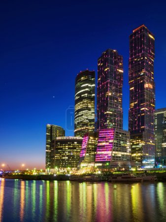 Photo pour Le bâtiment est illuminé la nuit - image libre de droit