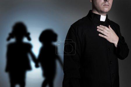 Photo pour Prêtre et enfants de l'ombre - image libre de droit