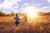 Dvě mladé dívky pracuje na slunné louce