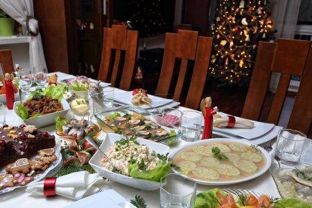 Photo pour Table traditionnellement posée la veille de Noël - image libre de droit