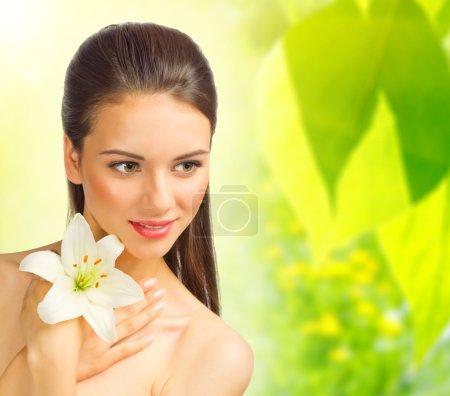 Photo pour Jeune fille en bonne santé sur fond floral printemps - image libre de droit