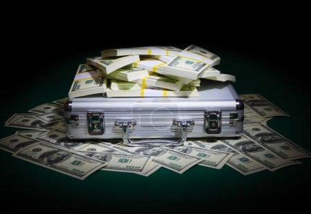 Photo pour Un tas de dollars sur la table - image libre de droit
