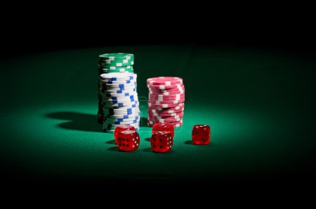 Photo pour Jetons et dés de jeu sur la table verte - image libre de droit