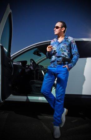 Photo pour Homme gangster avec cigare près de la voiture - image libre de droit