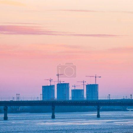 Вид на впечатляющий закат город