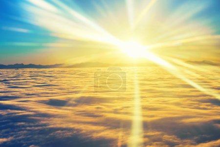 Photo pour Vue imprenable depuis l'avion sur le ciel, soleil couchant et nuages - image libre de droit