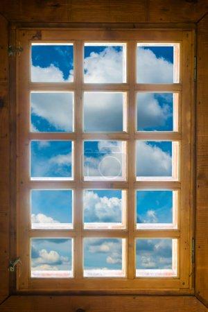 Photo pour Fenêtre en bois avec belle vue sur le ciel bleu et les nuages - image libre de droit