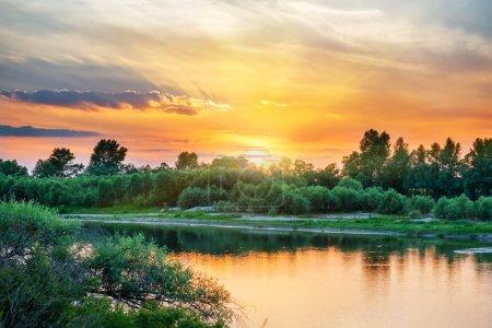 Красивый закат над большой реки