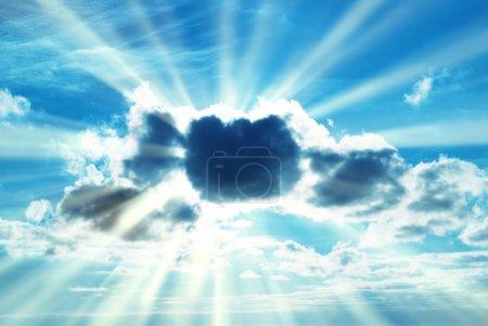 Photo pour Beau ciel bleu avec des rayons de soleil et des rayons de soleil à travers les nuages . - image libre de droit