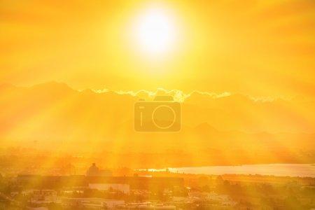 Photo pour Beau coucher de soleil orange sur une ville européenne avec des rayons de soleil. Cagliari, Sardaigne, Italie. - image libre de droit
