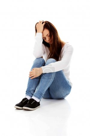 Foto de Joven depresión mujer sentada en el suelo . - Imagen libre de derechos