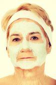 Uvolněné starší žena v obličejové masky