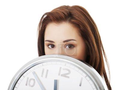 Photo pour Jeune femme avec horloge. Notion de temps. - image libre de droit