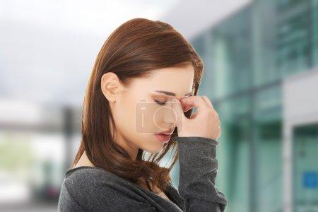 Photo pour Jeune femme avec douleur de pression sinusale - image libre de droit