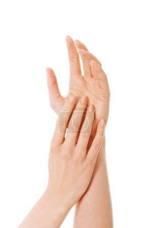 Photo pour Gros plan sur de belles mains féminines . - image libre de droit