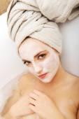 Žena pro relaxaci s obličejovou maskou
