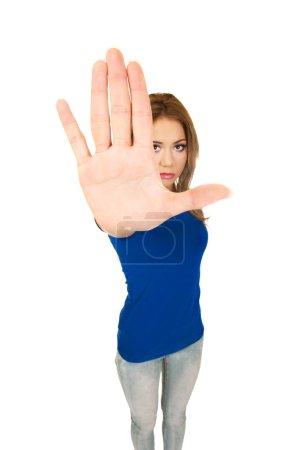 Foto de Mujer joven haciendo señal de stop con su mano . - Imagen libre de derechos