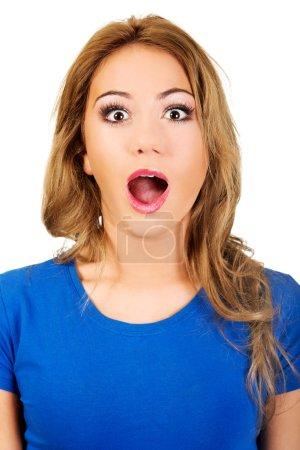 Photo pour Jeune femme choquée avec bouche ouverte . - image libre de droit