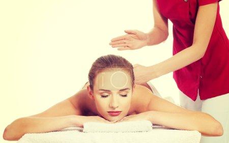 Photo pour Vue de face d'une femme recevant le massage dans le spa. - image libre de droit