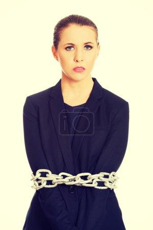 Photo pour Femme d'affaires coupable enveloppée avec une chaîne en métal . - image libre de droit