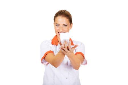 Photo pour Portrait d'une dentiste tenant un modèle de dent . - image libre de droit