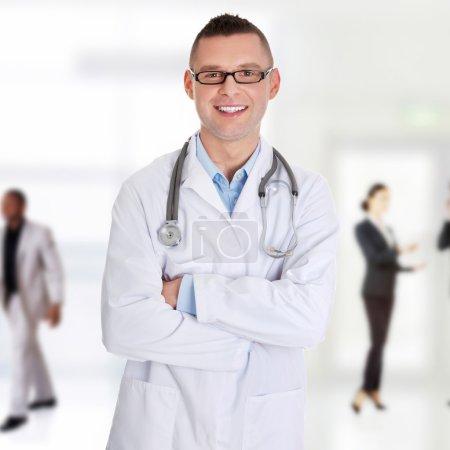 Photo pour Portrait de jeune médecin confiant - image libre de droit