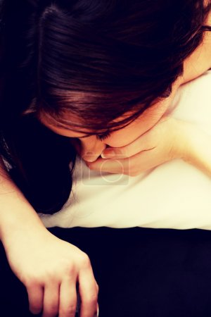 Photo pour Femme ivre dormant sur le lit avec bouteille de vin . - image libre de droit