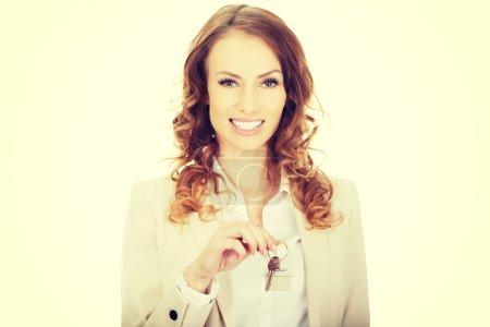 Photo pour Femme d'affaires agent immobilier donnant des clés . - image libre de droit