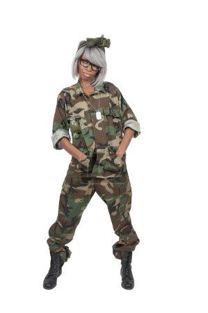 Photo pour Belle jeune femme soldat en camouflage - image libre de droit