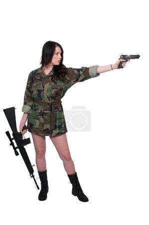 Photo pour Soldat de la belle jeune femme avec un pistolet et un fusil - image libre de droit