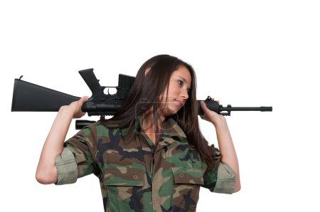 Photo pour Soldat de la belle jeune femme avec un fusil m16 - image libre de droit