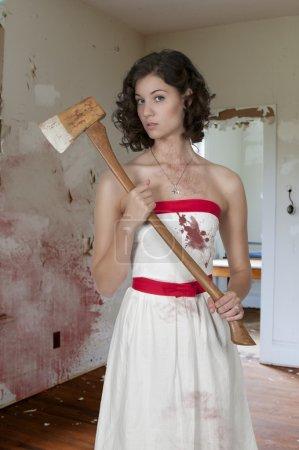 Photo pour Belle femme possédée dans une trace, tenant une hache - image libre de droit