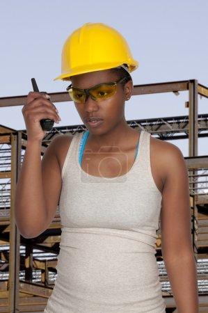 Photo pour Travailleuse de la construction sur un chantier - image libre de droit