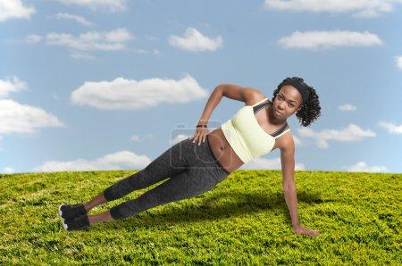 Foto de Mujer hermosa haciendo un conjunto de ejercicios de Yoga - Imagen libre de derechos