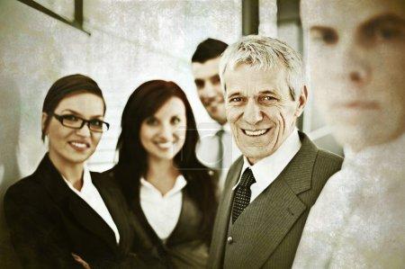 Photo pour Partenaires commerciaux discutant de documents et d'idées lors de la réunion - image libre de droit