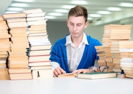Photo pour Étudiant collégial sur le campus universitaire étudiant et la recherche - image libre de droit