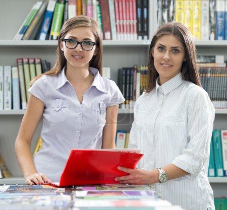 Photo pour Deux étudiants sur le campus de l'Université étudiant - image libre de droit