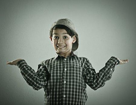 Photo pour Petit garçon mignon, posant pour la photographie de style rétro - image libre de droit