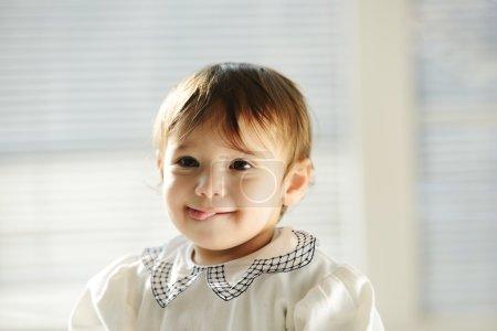 Photo pour Adorable bébé garçon posant - image libre de droit