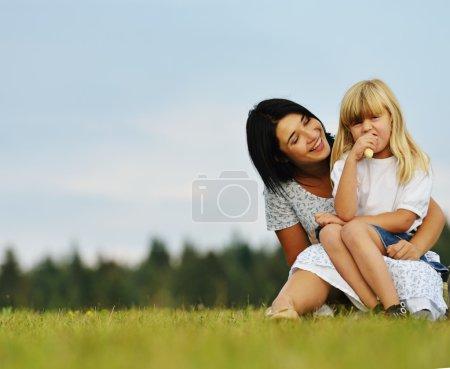 Photo pour Famille heureuse dans la nature en s'amusant sur prairie d'herbe vert été - image libre de droit
