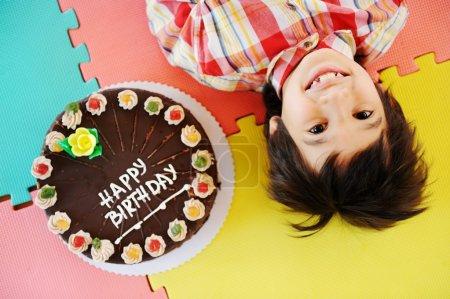 Photo pour Enfant à la fête d'anniversaire dans l'aire de jeux jardin d'enfants, concept de vacances - image libre de droit