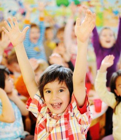 Foto de Niños celebrando la fiesta de cumpleaños en el parque jardín de la infancia - Imagen libre de derechos