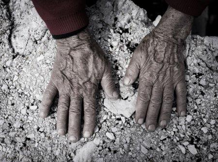 Photo pour Processus de vieillissement, très vieille femme haute les mains peau ridée - image libre de droit