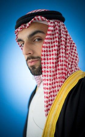 Photo pour Jeune homme d'affaires arabe se présentant, en vêtements traditionnels - image libre de droit