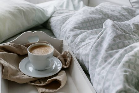 Photo pour Petit déjeuner au lit, café - image libre de droit