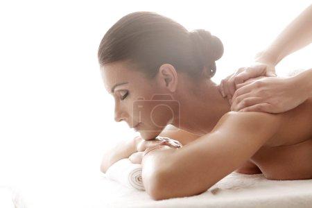 Photo pour Belle femme dans le salon spa, massage - image libre de droit