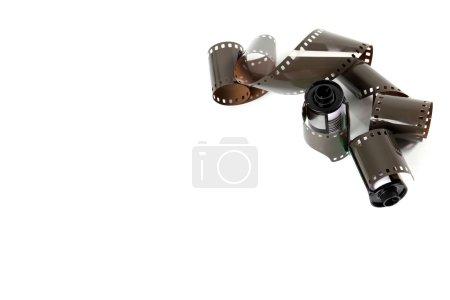 Photo pour Vue des bandes de film et deux bobines de film isolés sur fond blanc - image libre de droit