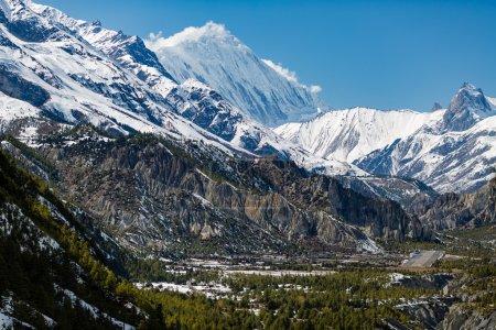 Photo pour Paysage de source d'inspiration dans les montagnes de l'Himalaya. Annapurna s'étendent sur le Annapurna Circuit Trek, de belles montagnes et de vues. Regardant Humde village et Tilicho Peak 7134m au Népal, Asie. - image libre de droit