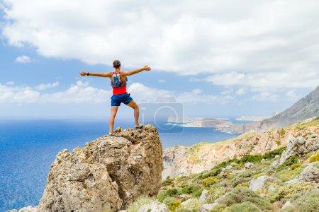 Photo pour Escalade de succès et réalisations, en cours d'exécution ou de réalisation de randonnée. Homme célèbre avec les bras tendus en montagne, escalade chemin sentier rocailleux à l'extérieur. Concept de motivation et d'inspiration. - image libre de droit