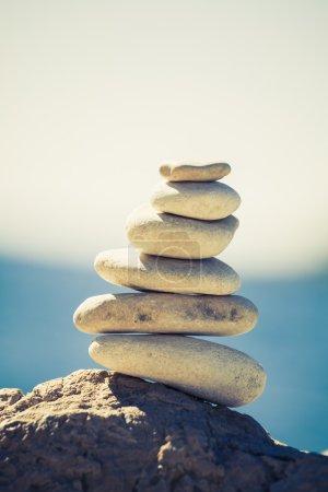 Photo pour Équilibre et bien-être concept de spa rétro, inspiration, zen-like et bien-être composition tranquille. Gros plan de galets blancs empilés sur la mer bleue - image libre de droit